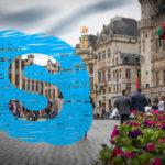 Im Wartesaal mit Smartboard und Tischestapel: Videokonferenz mit Brüssel