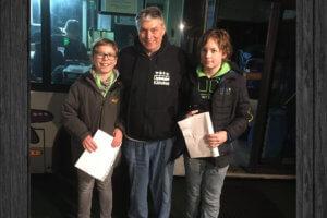 Simon und Max mit Herrn Nickolai vor dem Kältebus