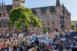 FFF: les manifestants devant la mairie de Sarrebruck (photo: équipe Camäléon)