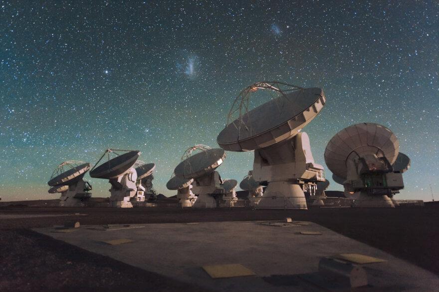Aperçu des antennes d'ALMA (Photo : ESO/C. Malin http://www.eso.org/public/images/ann13016a/ CC BY 4.0)